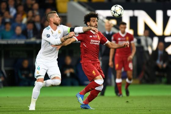 Mo Salah (phải) và Sergio Ramos trong trận chung kết 2018