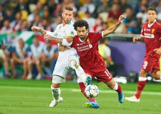 Sergio Ramos và Mo Salah trong trận chung kết năm 2018
