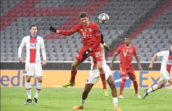 Thomas Mueller và đồng đội cần thắng 2-0 ở Paris