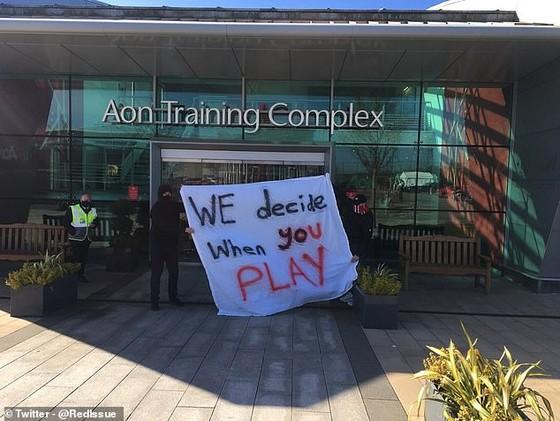 Fan Man United giận dữ phong tỏa sân tập để phản đối gia đình Glazer, Solskjaer bị vạ lây vì bênh vực ông chủ ảnh 2
