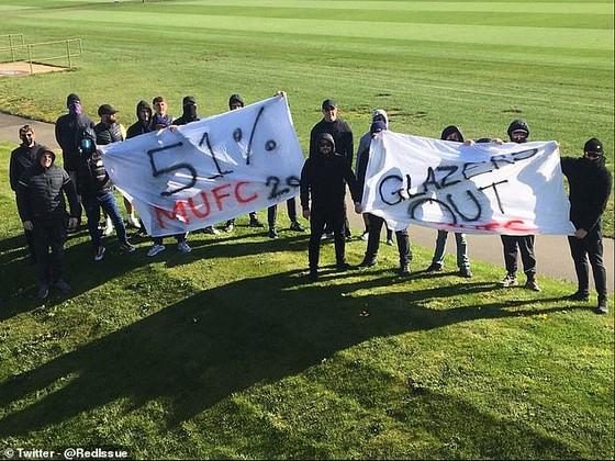 Fan Man United giận dữ phong tỏa sân tập để phản đối gia đình Glazer, Solskjaer bị vạ lây vì bênh vực ông chủ ảnh 1