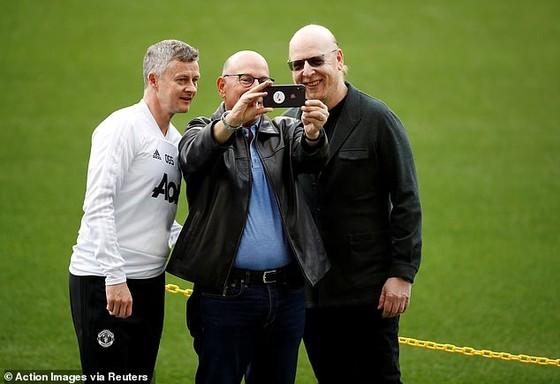 Fan Man United giận dữ phong tỏa sân tập để phản đối gia đình Glazer, Solskjaer bị vạ lây vì bênh vực ông chủ ảnh 3