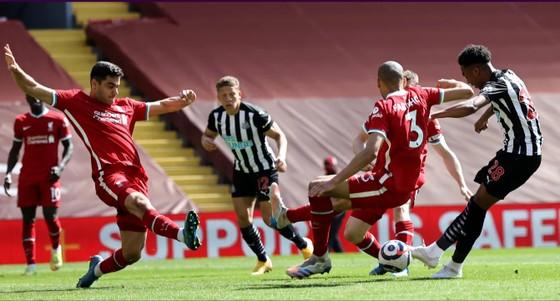 Sát thủ Willock gieo sầu cho Liverpool ảnh 3