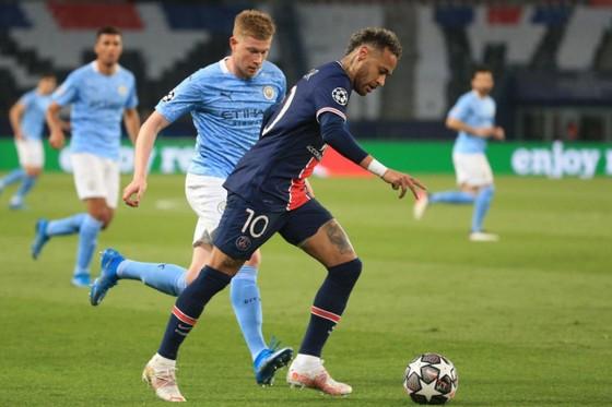 Neymar đi bóng qua hậu vệ Man City