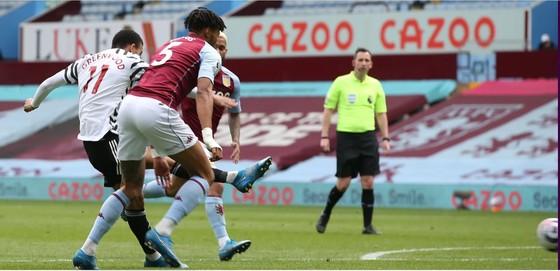 Thắng ngược Aston Villa, Man.United thu ngắn khoảng cách với Man City ảnh 1