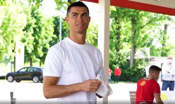 Ronaldo bỏ tập để tham gia sự kiện và mua xe Ferrari ảnh 5