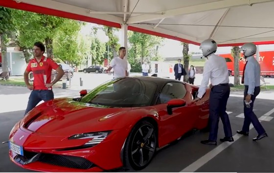 Ronaldo bỏ tập để tham gia sự kiện và mua xe Ferrari ảnh 4