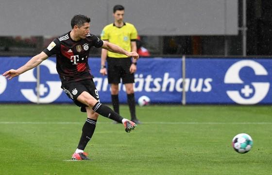 Lewandowski cân bằng kỷ lục 40 bàn thắng của Gerd Muller ở Bundesliga ảnh 1
