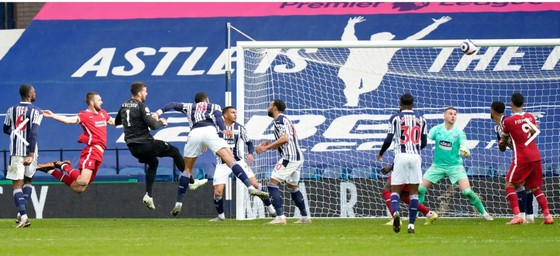 Thủ thành Alisson ghi bàn phút cuối, Liverpool sống lại hy vọng tốp 4 ảnh 3