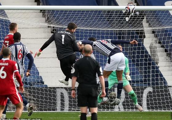 Thủ thành Alisson ghi bàn phút cuối, Liverpool sống lại hy vọng tốp 4 ảnh 4