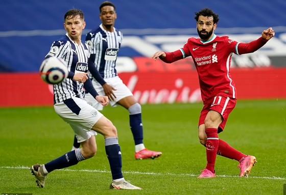 Thủ thành Alisson ghi bàn phút cuối, Liverpool sống lại hy vọng tốp 4 ảnh 2