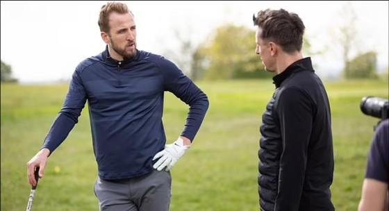 Harry Kane và Gary Neville trong cuộc phỏng vấn trên sân golf