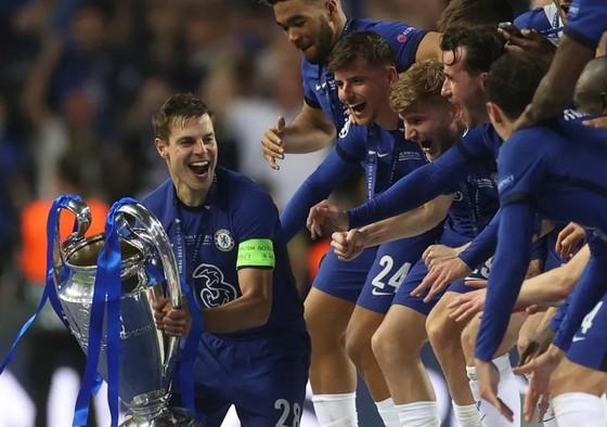 Đội trưởng Azpilicueta gương cao chiếc cúp Champions League