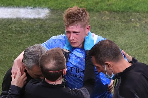 Kevin De Bruyne rời sân trong đau đớn