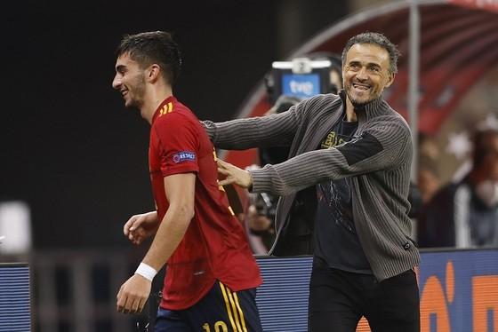 HLV Luis Enrique phấn khích với chiến co5nbg của Ferran Torres trong trận thắng Đức 6-0