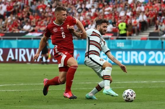 Ronaldo ghi cú đúp, phá kỷ lục ghi bàn Euro khi Bồ Đào Nha đè bẹp Hungary ảnh 1