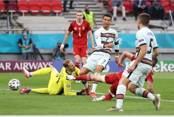 Ronaldo ghi cú đúp, phá kỷ lục ghi bàn Euro khi Bồ Đào Nha đè bẹp Hungary ảnh 2