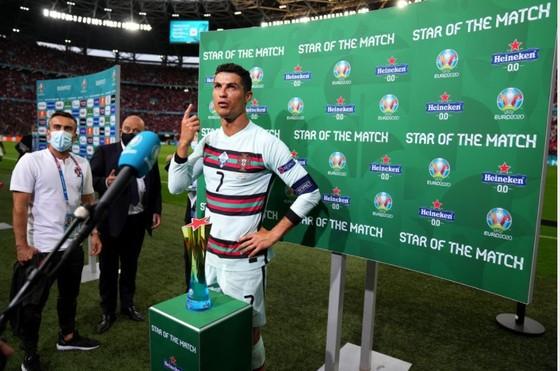 Ronaldo ghi cú đúp, phá kỷ lục ghi bàn Euro khi Bồ Đào Nha đè bẹp Hungary ảnh 3