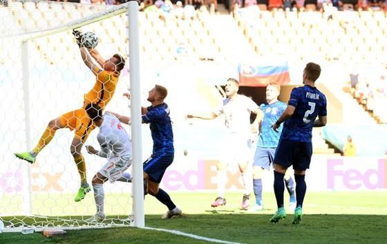 Slovakia - Tây Ban Nha 0-5: Chiến thắng kiểu bật nắp champagne của Luis Enrique ảnh 2