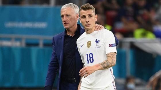 HLV Didier Deschamps và hậu vệ Lucas Digne