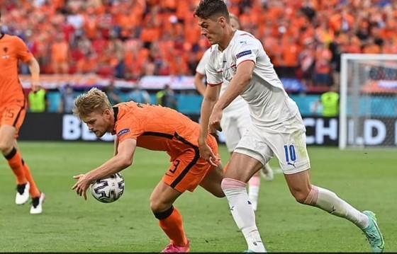 Hà Lan – CH Séc 0-2: Tomas Holes và Patrik Schick ghi bàn khi de Ligt trượt chân ảnh 3