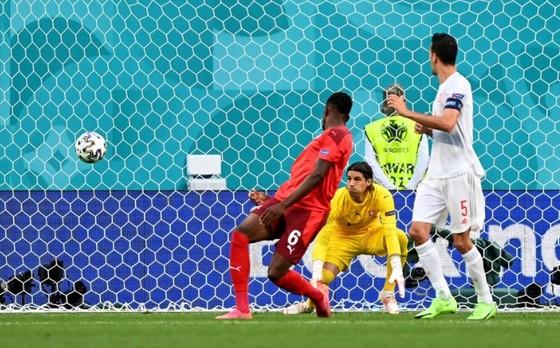 Tây Ban Nha – Thụy Sĩ 1-1 (luân lưu 3-1): Bò tót vào bán kết khi Unai Simon tỏa sáng trên chấm 11m ảnh 1
