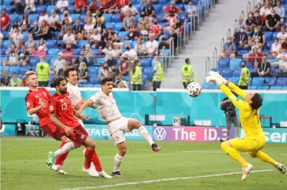 Tây Ban Nha – Thụy Sĩ 1-1 (luân lưu 3-1): Bò tót vào bán kết khi Unai Simon tỏa sáng trên chấm 11m ảnh 3