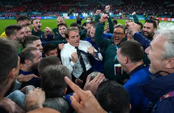 HLV Roberto Mancini ăn mừng chiến thắng