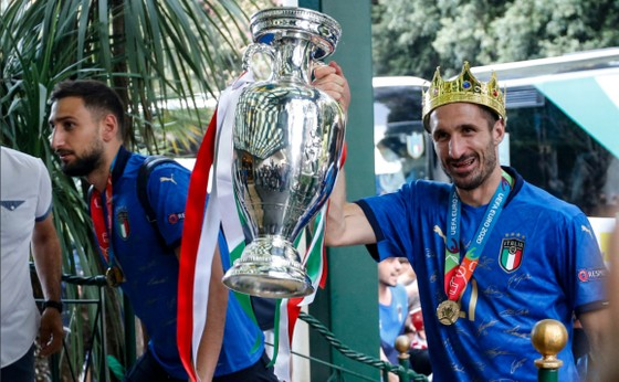 Giorge Chiellini đi đầu với chiếc cúp và vương miện trên đầu