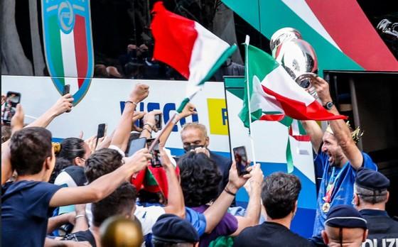 Italia chào đón những người hùng Euro trở lại Rome ảnh 1