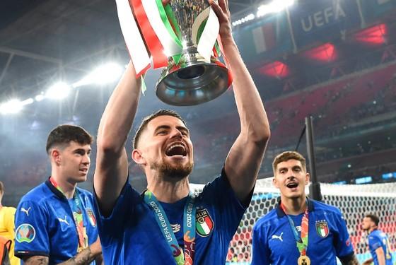 Jorginho giương cao chiếc cúp Euro
