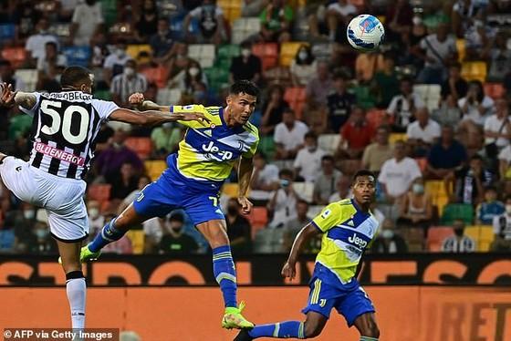 Bàn thắng phút cộng thêm của Ronaldo bị từ chối vì việt vị.