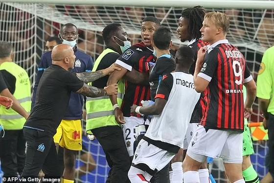 Bạo động trong trận Nice – Marseille, CĐV tràn vào sân tấn công Dimitri Payet, trọng tài phải hủy trận đấu ảnh 3