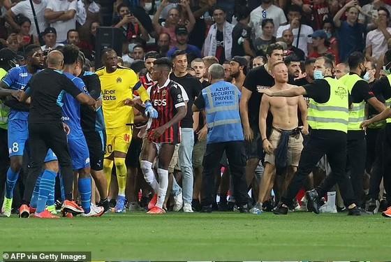 Bạo động trong trận Nice – Marseille, CĐV tràn vào sân tấn công Dimitri Payet, trọng tài phải hủy trận đấu ảnh 2