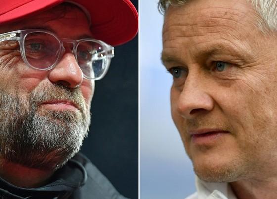 Ole Solskjaer (phải) đổ lỗi cho Jurgen Klopp chuyện khan hiếm phạt đền