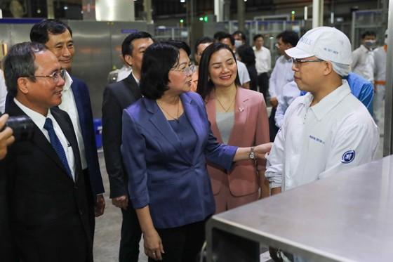 Phó Chủ tịch nước Đặng Thị Ngọc Thịnh thăm hỏi công nhân nhà máy sữa trong những ngày trước tết ảnh 1