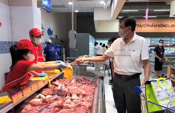 Các siêu thị sẵn sàng kéo dài thời gian mở cửa để phục vụ tối đa nhu cầu của người dân ảnh 1