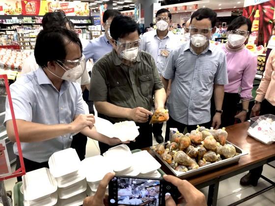 Thủ tướng Chính phủ Phạm Minh Chính kiểm tra công tác chuẩn bị hàng hóa tại Saigon Co.op ảnh 1