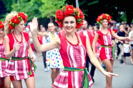 Đoàn vũ công Carnival khuấy động phố đi bộ Hà Nội ảnh 1