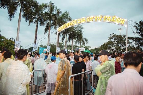 Hàng ngàn người đội mưa dự lễ hội bia Sư Tử Trắng-Nâng ly vì chí lớn ảnh 1