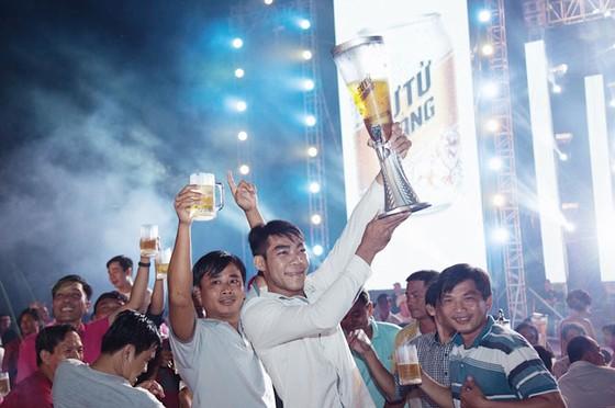 Hàng ngàn người đội mưa dự lễ hội bia Sư Tử Trắng-Nâng ly vì chí lớn ảnh 2