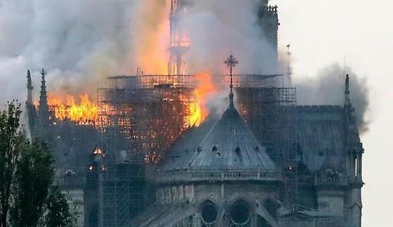 Nhà thờ Đức Bà Paris 850 năm tuổi cháy lớn ảnh 3