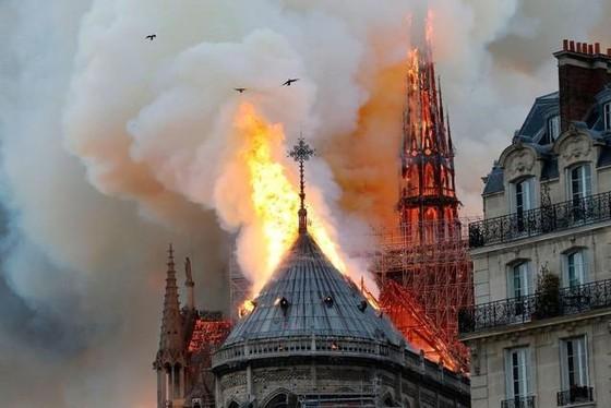Nhà thờ Đức Bà Paris 850 năm tuổi cháy lớn ảnh 5