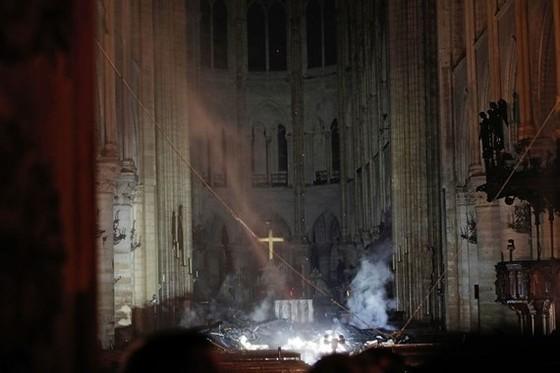 Nhà thờ Đức Bà Paris 850 năm tuổi cháy lớn ảnh 1