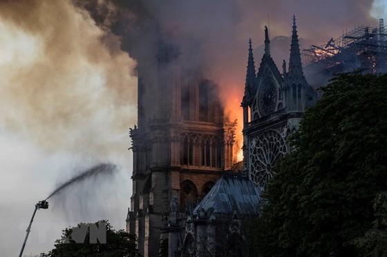 Nhà thờ Đức Bà Paris 850 năm tuổi cháy lớn ảnh 7