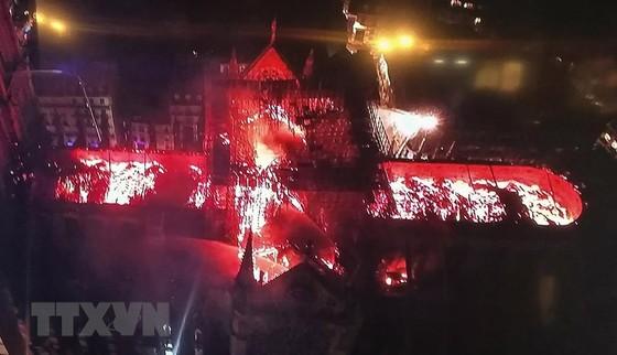 Nhà thờ Đức Bà Paris 850 năm tuổi cháy lớn ảnh 8