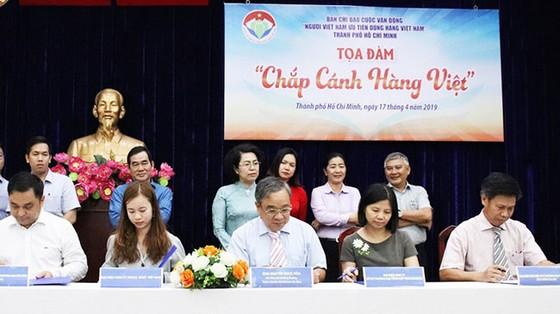 VinCommerce nhận bằng khen TPHCM tích cực hỗ trợ hàng Việt ảnh 1