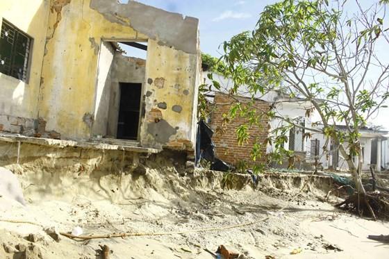 Quảng Ngãi: Hàng chục nhà dân bị sóng biển đánh sập ảnh 2