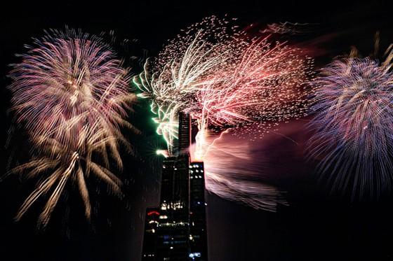 Khoảnh khắc rực sáng từ điểm ngắm pháo hoa đẹp nhất Sài thành  ảnh 2