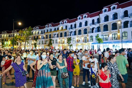 Phú Quốc United Center rực rỡ đón hàng vạn du khách ngày khai trương ảnh 3